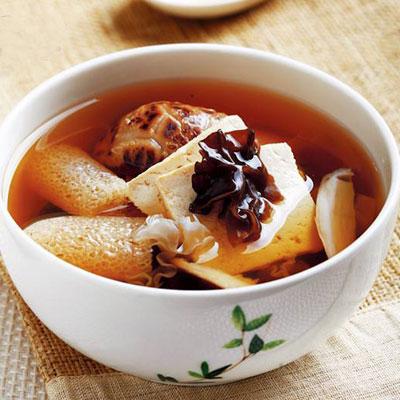 菇菌炖鸡汤的做法,清香美味滋补养阳